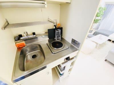 ミニキッチンもあるので簡単調理にチャレンジしてみては⁉ 卓上IHも便利ですよ! - SMILE+ノルディ新大阪 パーティルーム、打合せの設備の写真