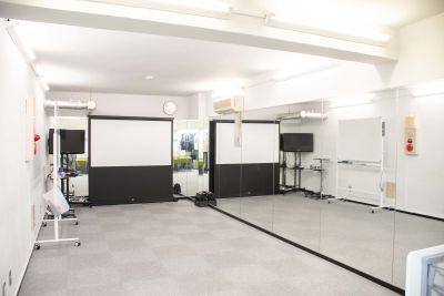 全面ミラー設置のため、ダンス・ウォーキング・稽古・出し物練習などに最適♪ 椅子・テーブルをたためば、広々スペース! テーブルは女性でも一人でたためるワンタッチ式採用♪ - ブルースペース神田(貸スペース) レンタルスペース・ダンススタジオの室内の写真