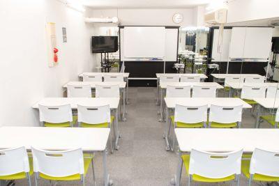 16名分のテーブルがあります。また椅子は別で4脚ありますので、最大20名が着席可能! - ブルースペース神田(貸スペース) レンタルスペース・ダンススタジオの室内の写真