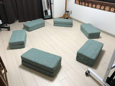 クッションで床座も可能です。 - ゾウスペ新宿 会議室&サロンスペースの室内の写真