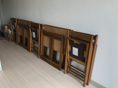 机4脚椅子6脚がコンパクトに畳まれているので、必要な分だけ出してお使いください。 - ゾウスペ新宿 会議室&サロンスペースの室内の写真