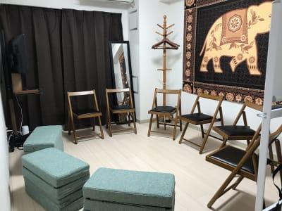 9人着席パターン - ゾウスペ新宿 会議室&サロンスペースの室内の写真