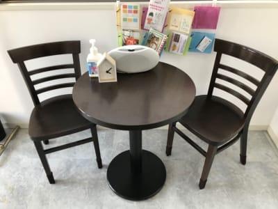【カウンセルに最適】丸テーブルとイス2脚あります。アルコール消毒液もご用意しております。 - レンタルスペースMTAC 扉で仕切る個室&スタッフ常駐の室内の写真