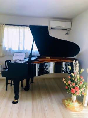 グランドピアノがあります♪ (ヤマハC3) - レンタルスペース『サン・ユーロ』 会議室・サロン・レンタルピアノの室内の写真