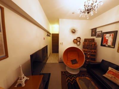 マンションの内廊下と接する玄関ドアの中に、もう一枚のリノベしたドアがあります! - Lv5目黒川の室内の写真