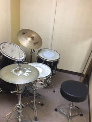 横浜ジャム音楽学院 練習室の室内の写真