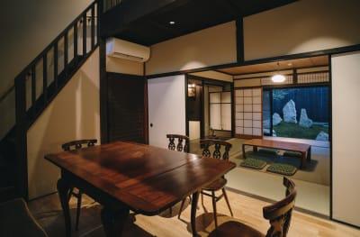 「七条みやび」明治45年の町家 多目的スペースの室内の写真