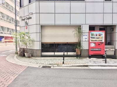 目につきやすく、高級な心斎橋エリアでは希少な駅チカ1階角地スペースです - Feel Osaka Yu 【屋外B】明るい路面スペースの室内の写真