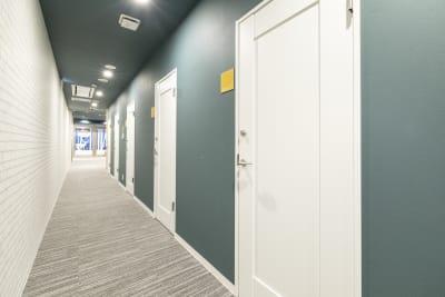 レンタルオフィスも併設!ご内覧ご希望であればコンシェルジュにお申し出ください⭐ - BIZcomfort仙台一番町 6名用会議室の室内の写真