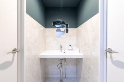 お手洗いもリニューアル時に新しくなっています! - BIZcomfort仙台一番町 6名用会議室の室内の写真