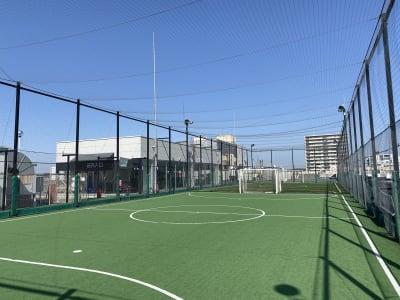 岡崎慎司フットサルフィールド スポーツ施設の室内の写真