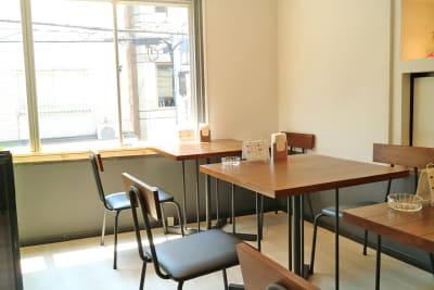 Cafe R カフェスペースの室内の写真