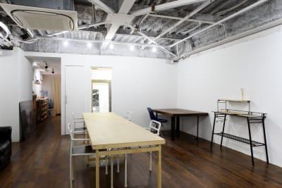 スタジオ内の机等は無償にて利用可能です。 - 撮影スタジオ、フリースペースシー 撮影スタジオ、フリースペースの室内の写真