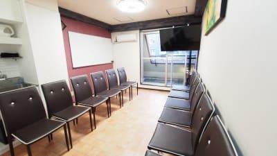 朗読会向けレイアウト - 貸し会議室【モルディブ】 渋谷少人数利用可レンタルスペースの室内の写真