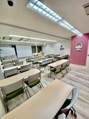 壁の一部がピンク色のため、参加者はリラックスして会議やセミナーを受けることができ - Bizsalon貸会議室 貸会議室の室内の写真