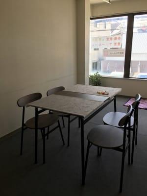 机は3つ設置可能で いすは22席設置可能です - 豊里フリールーム A教室の室内の写真