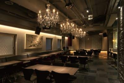 イベントスペース ICON 貸し会議室 200名収容可能の室内の写真