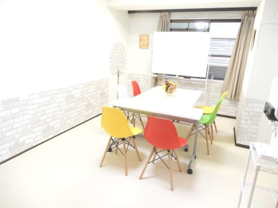 <フルーツ会議室 四条烏丸> 多目的スペースの室内の写真