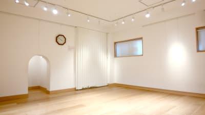 アコーディオン扉は閉めてご利用ください - レンタルスペースぎゃらり~アニモ 多目的に利用可なレンタルスペースの室内の写真