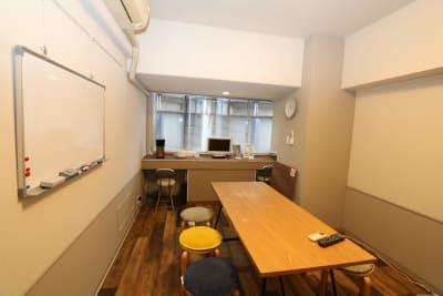 心斎橋レンタルルーム302 会議専用レンタルルーム302の室内の写真