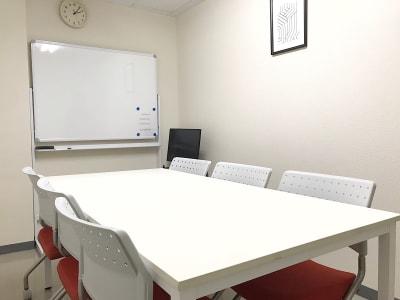 共栄実業(株) 幸福相互ビル うめきた会議室303(最大6名)の室内の写真