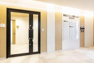 BIZcomfort町田 会議室(6名用)の入口の写真