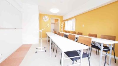 教室・講習会向けレイアウト - 【HIDAMARI】渋谷貸会議室 WiFi電源おしゃれ 女性に人気の室内の写真