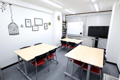 グループレイアウト 4名×3組 - シェアプレ 貸会議室 神保町 コトリノトリコの室内の写真