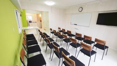 セミナー向けレイアウト - 【KOMOREBI】渋谷貸会議室 WiFi電源おしゃれ 女性に人気の室内の写真