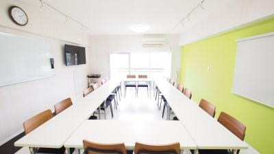 貸し会議室会議用レイアウト - 【KOMOREBI】渋谷貸会議室 WiFi電源おしゃれ 女性に人気の室内の写真