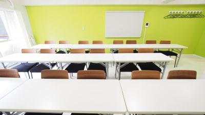 教室向けレイアウト - 【KOMOREBI】渋谷貸会議室 WiFi電源おしゃれ 女性に人気の室内の写真