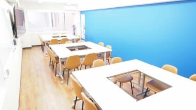 ワークショップ向けレイアウト - 【アズール】池袋おしゃれ貸会議室 WiFi大型モニタホワイトボードの室内の写真