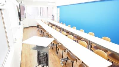 セミナー・教室・講習会向けレイアウト - 【アズール】池袋おしゃれ貸会議室 WiFi大型モニタホワイトボードの室内の写真