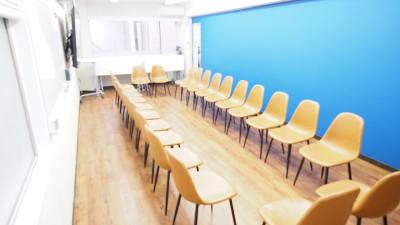 朗読会向けレイアウト - 【アズール】池袋おしゃれ貸会議室 WiFi大型モニタホワイトボードの室内の写真
