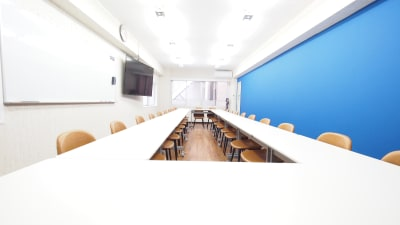 貸し会議室全景 - 【アズール】池袋おしゃれ貸会議室 WiFi大型モニタホワイトボードの室内の写真