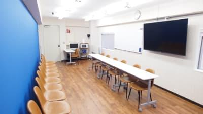 面接会場向けレイアウト - 【アズール】池袋おしゃれ貸会議室 WiFi大型モニタホワイトボードの室内の写真