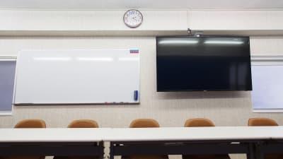 モニターとホワイトボード - 【アズール】池袋おしゃれ貸会議室 WiFi大型モニタホワイトボードの設備の写真