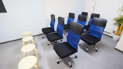 セミナー向けレイアウト - 【マリーナ】新宿の貸し会議室 WiFi大型モニタホワイトボードの室内の写真