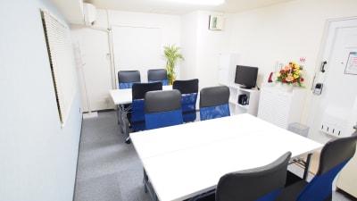 二つのテーブルを向かい合わせたワークショップ向けレイアウト - 【マリーナ】新宿の貸し会議室 WiFi大型モニタホワイトボードの室内の写真