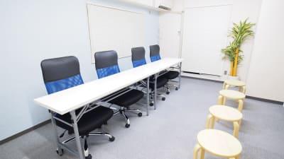 面接向けレイアウト - 【マリーナ】新宿の貸し会議室 WiFi大型モニタホワイトボードの室内の写真