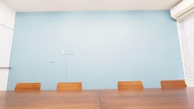 明るいブルーの壁が特徴のレンタルスペース - 【テラス】横浜の貸し会議室 WiFi大型モニタホワイトボードの設備の写真