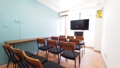 上映会向けレイアウト - 【テラス】横浜の貸し会議室 WiFi大型モニタホワイトボードの室内の写真