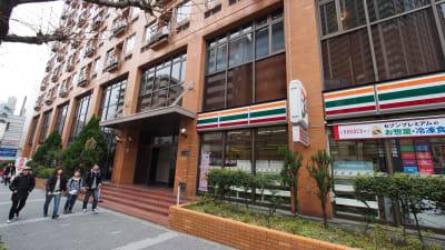 入り口写真。裏にスロープがございます。 - 【テラス】横浜の貸し会議室 WiFi大型モニタホワイトボードの入口の写真