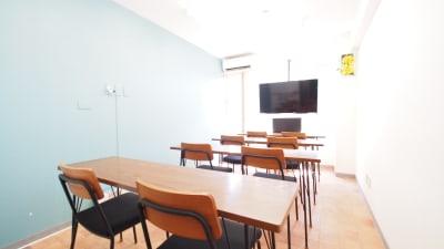 モニターにテーブルを向けたセミナー向けレイアウトです - 【テラス】横浜の貸し会議室 WiFi大型モニタホワイトボードの室内の写真