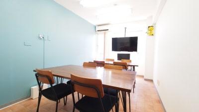 二つの島を作ったワークショップ向けレイアウト - 【テラス】横浜の貸し会議室 WiFi大型モニタホワイトボードの室内の写真