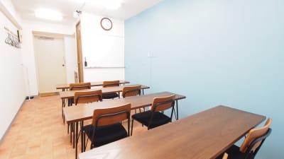 教室向けレイアウト - 【テラス】横浜の貸し会議室 WiFi大型モニタホワイトボードの室内の写真
