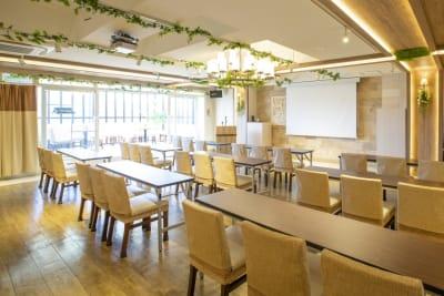 会議用テーブルや司会台 - グレースバリ上野公園前店  グレースバリザテラス上野公園前店の設備の写真