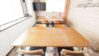 ワークショップ向けレイアウト - 【ワイナリー】横浜の貸し会議室 WiFi大型モニタホワイトボードの室内の写真