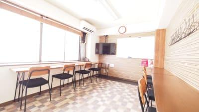 テレワーク・サテライトオフィス向けレイアウト - 【ワイナリー】横浜の貸し会議室 WiFi大型モニタホワイトボードの室内の写真