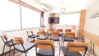 セミナー向けレイアウト - 【ワイナリー】横浜の貸し会議室 WiFi大型モニタホワイトボードの室内の写真
